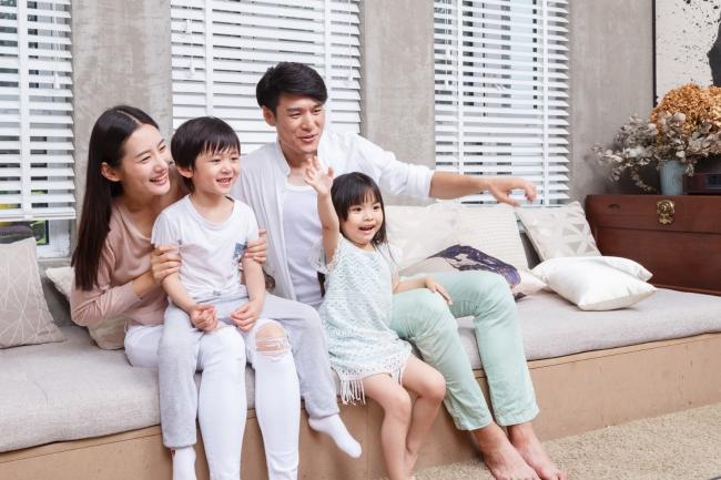摄图网_500432178_banner_看电视的一家人(企业商用)