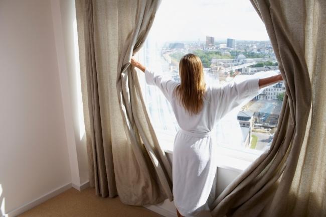 摄图网_501441140_banner_穿着浴袍的女人拉开窗帘(企业商用)
